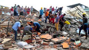 Des habitants deManta (Equateur) fouillent les décombres à la recherche de survivants, le 17 avril 2016. (ARIEL OCHOA / AFP)