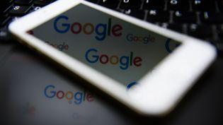 """Le montant du redressement fiscal imposé à Google pourrait atteindre la somme record de 1,6 milliard d'euros, affirme le journal """"L'Opinion"""". (LEON NEAL / AFP)"""