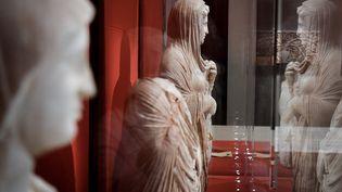 Statues funéraires de Cyrène, en Libye orientale, exposées au Louvre, à Paris (21 mai 2021) (ALAIN JOCARD / AFP)