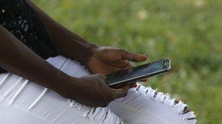 Un utilisateur de smartphone en Afrique (AFP - GODONG / BSIP)