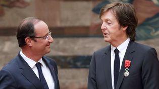 François Hollande remet la Légion d'Honneur à Paul McCartney.  (Philippe Wojazer / AFP)