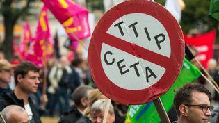 Il y aurait plus de 30 000 manifestants dans les rues de Berlin ce samedi, contre le TAFTA. (MONIKA SKOLIMOWSKA / DPA)