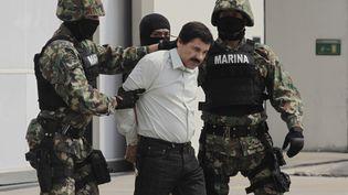 """Joaquin """"El Chapo"""" Guzman escorté par des marines mexicains, le 22 février 2014 à Mexico. (LATINCONTENT / LATINCONTENT WO / GETTYIMAGES)"""
