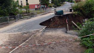 La chaussée s'est effondrée, dimanche 7 juin, à Saint-Galmier (Loire). (YVES SALVAT / MAXPPP)