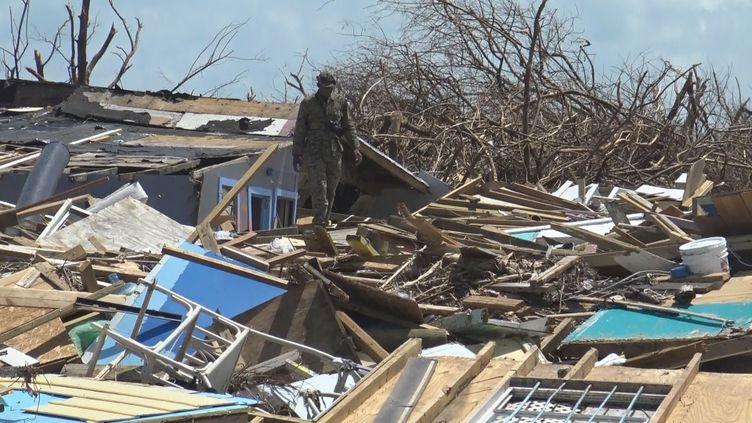 Un soldat bahaméen recherche les corps de victimes de l'ouragan Dorian, sur l'île d'Abaco aux Bahamas, le 11 septembre 2019 (GILLES GALLINARO / RADIO FRANCE)