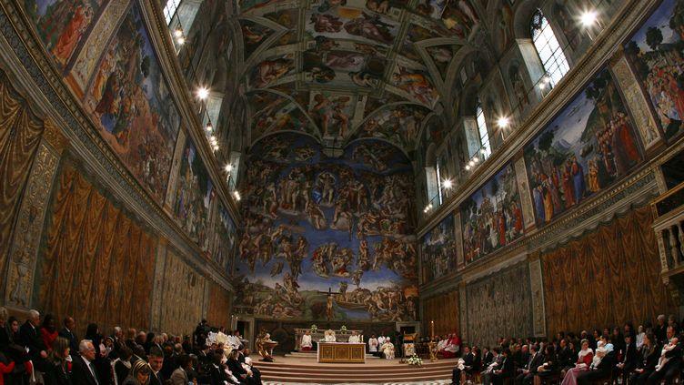 La chapelle Sixtine au Vatican, alors que le pape Benoît XVI y baptisait des nourrissons, le7 janvier 2007. (ALBERTO PIZZOLI / AFP)