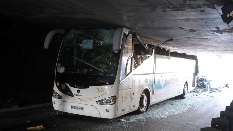 Le bus encastré dans le tunnel de La Madeleine (Nord), dimanche 26 juillet 2015. (AFP)