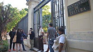 Un groupe d'intellectuels et d'artistes a manifesté, le 27 novembre, devant le Ministère de la Culture à La Havane. (YAMIL LAGE / AFP)