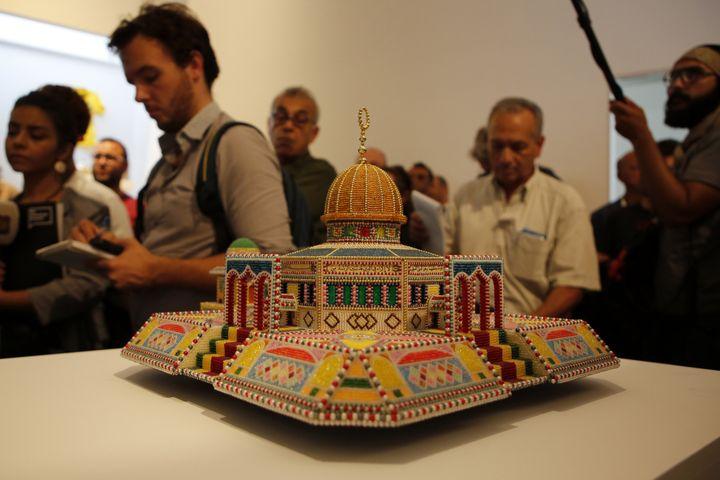 """Exposition """"Jérusalem vit"""" au Musée palestinien de Bir Zeit : réplique de la mosquéeAl-Aqsa (sur l'Esplanade des Mosquées) la plus grande de Jérusalem.  (ABBAS MOMANI / AFP)"""