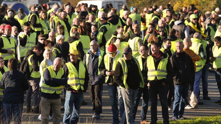 """Des """"gilets jaunes"""" manifestent à Brest (Finistère), le 17 novembre 2018. (FRED TANNEAU / AFP)"""
