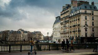 Une personne se déplace en trottinette électrique à Paris. (Photo d'illustration) (STEPHANE FERRER YULIANTI / HANS LUCAS / AFP)