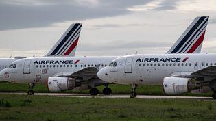 Des avions d'Air France sur le tarmac de l'aéroport de Roissy-Charles-de-Gaulle, le 30 avril 2020. (BERTRAND GUAY / AFP)