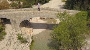 Cet été, de nombreux Français ont choisi de délaisser les côtes pour la montagne. Une surfréquentation qui entraîne aussi une pollution. C'est le cas des gorges du Toulourenc, au pied du mont Ventoux, dans le Vaucluse. (France 3)