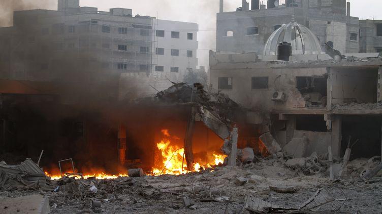 Un immeuble de Gaza détruit après un raid israélien, le 19 novembre 2012. (MOHAMMED ABED / AFP)