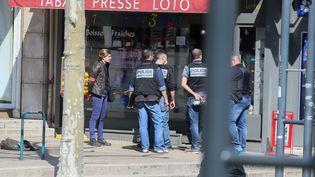 Des policiers devantla place Ernest Gailly, à Romans-sur-Isère (Drôme), où un homme a attaqué des passants armé d'un couteau, le 4 avril 2020. (NICOLAS GUYONNET / HANS LUCAS / AFP)