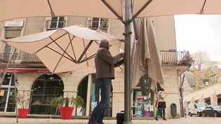 Être prêt pour la réouverture le 19 mai : c'est le défi de nombreux restaurateurs, gérants de bars et cafés et commerçants. Grand ménage et dernier brief du personnel : à Blois, dans le Loir-et-Cher, on est impatient de retrouver la clientèle. (CAPTURE ECRAN FRANCE 3)