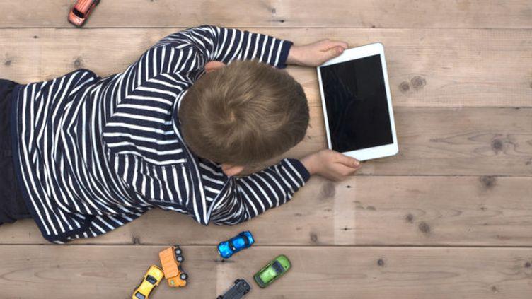 """Enfants et écrans : les experts appellent à une """"vigilance raisonnée"""" (©Fotolia)"""