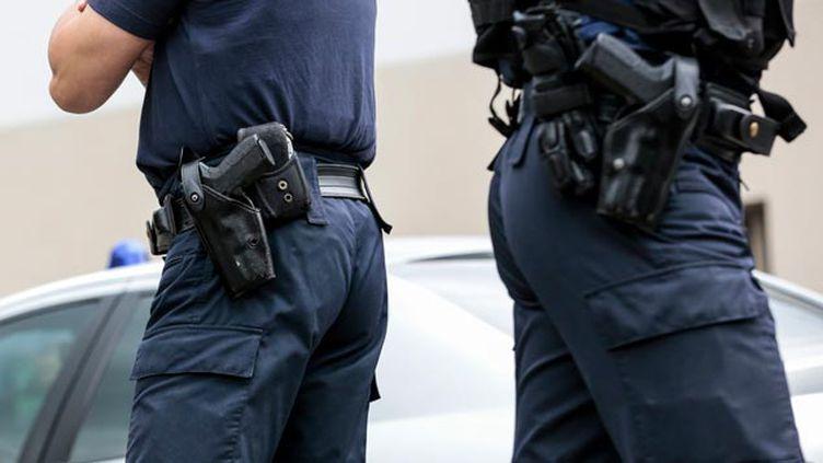 (Les policiers pourront porter leur arme hors service pendant l'état d'urgence © MAXPPP)