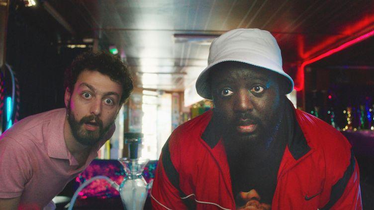 """Sébastien(Roman Frayssinet) et Patrick (Djimo) dans la comédie """"Les Méchants"""" de Mouloud Achour et Dominique Baumard. (LE PACTE)"""