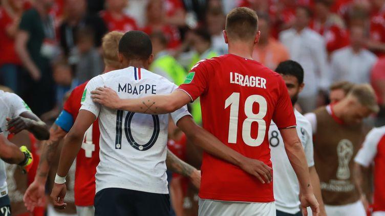 Kylian Mbappé et Lukas Lerager, après le match entre la France et le Danemark, le 26 juin 2018 à Moscou (Russie). (VITALIY BELOUSOV / SPUTNIK)