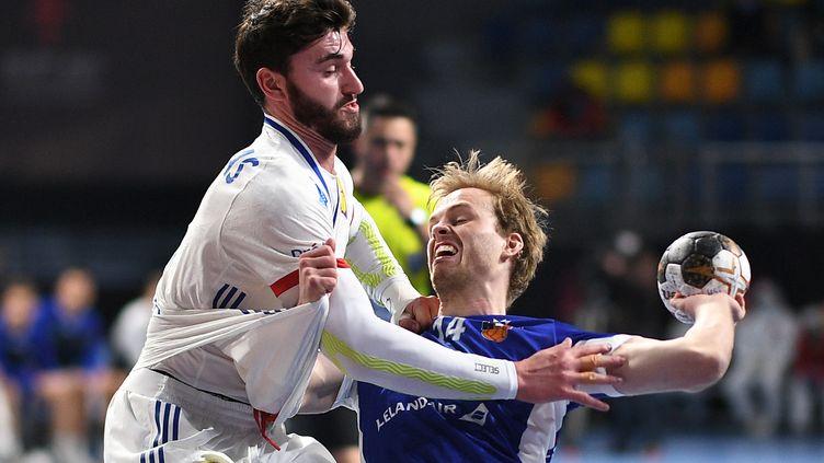 L'Islandais Omar Magnusson aux prises avec Ludovic Fabregas le 22 janvier 2021 (ANNE-CHRISTINE POUJOULAT / POOL)