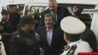 Capture d'écran de le télévision égyptienne, l'ex-président Morsi arrive au tribunal le 4 novembre 2013 au Caire (Egypte) (AFP / EGYPTIAN TV)