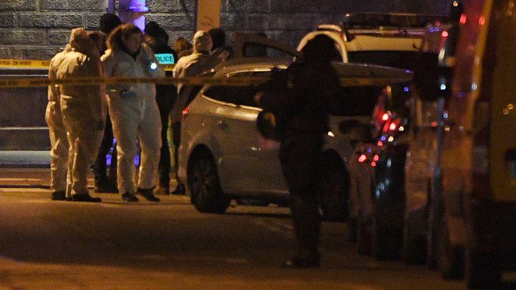 Des policiers cherchant de spreuves près du lieu où Cherif Chekatt a été abattu, le 13 décembre 2018 à Strasbourg. (PATRICK HERTZOG / AFP)