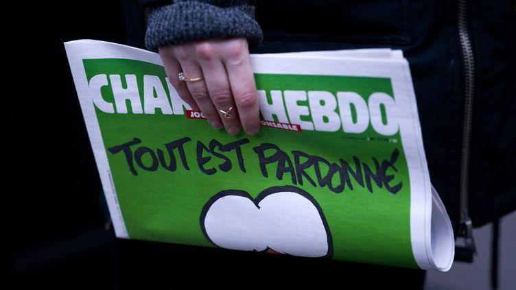 """Un exemplaire du magazine """"Charlie Hebdo"""" dans une librairie française à Londres, le 16 janvier 2015. (JUSTIN TALLIS / AFP)"""