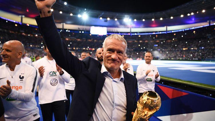 Didier Deschamps communie avec le public du Stade de France (FRANCK FIFE / AFP)
