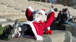 Ce père Noël à rollers profite d'un petit moment de répit sous le soleil de Dresde, en Allemagne. (MAXPPP)