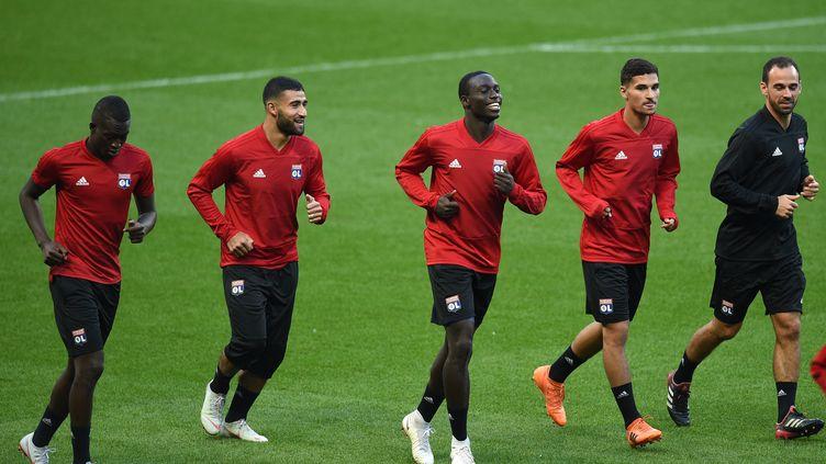 Des joueurs de l'Olympique lyonnais, lors d'une session d'entraînement à l'Etihad Stadium, l'antre de Manchester City, le 18 septembre 2018 à Manchester (Royaume-Uni). (OLI SCARFF / AFP)