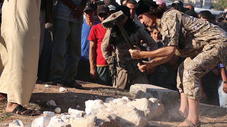 """Image mise à disposition le 2 juillet 2015 par un organe de propagande islamiste, """"Weyalat Halab"""", et présentée comme la destruction d'antiquités à Palmyre.  (HO / WELAYAT HALAB / AFP)"""