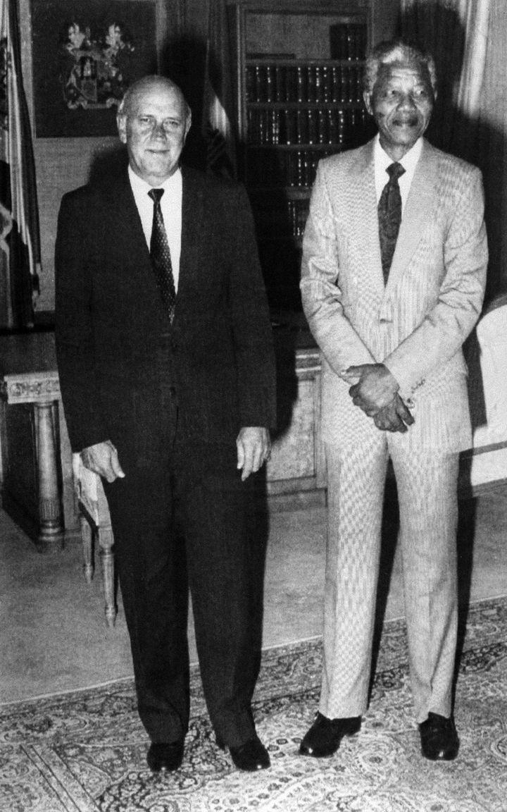 Rencontre entre Frederick de Klerk et Nelson Mandela au Cap le 9 février 1990, une semaine après l'annonce de la libération du dirigeant de l'ANC (AFP - HO / SOUTH AFRICAN GOVERNMENT)
