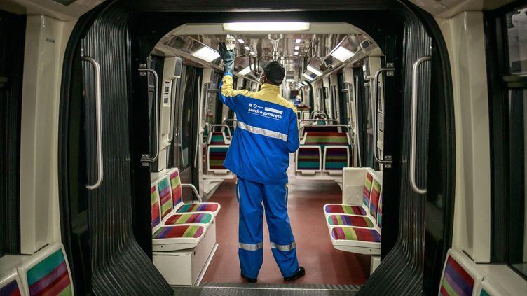 Un employé de la RATP désinfecteune rame de métro à Vincennes (Val-de-Marne), le 2 mai 2020. (MAXPPP)
