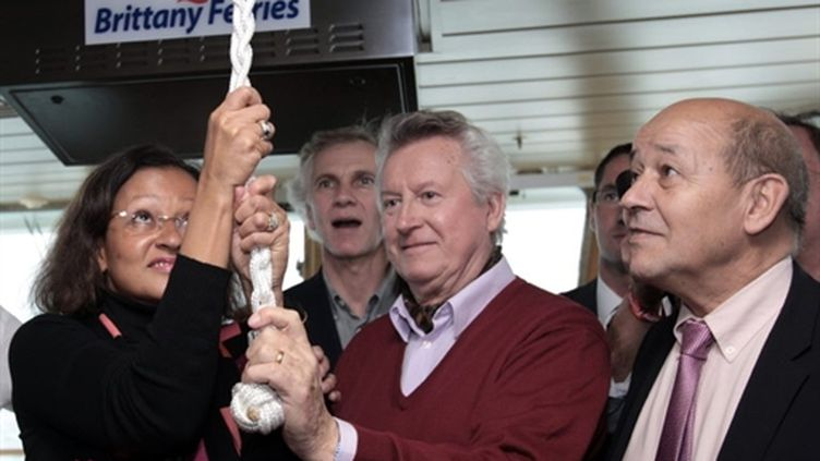 """René Couanau (c) et la ministre de l'outre-mer Mme Planchard donnent le coup d'envoi de la """"Route du Rhum, le 31/10/10 (AFP - Kenzo Tribouillard)"""