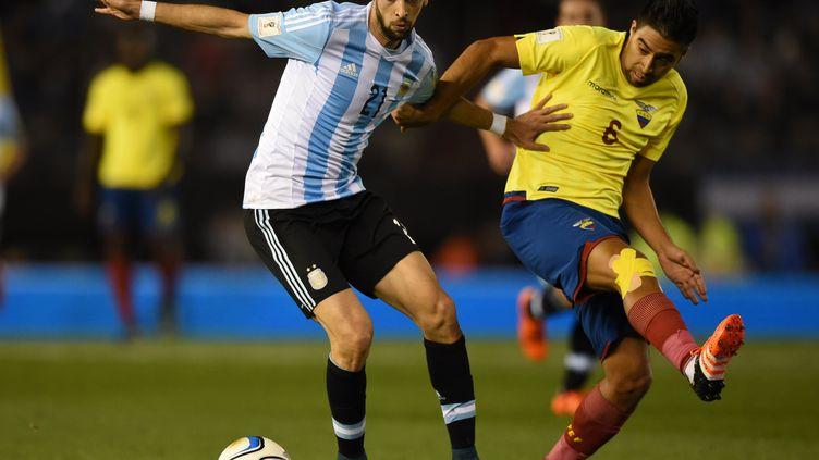 Javier Pastore tente de se défaire de l'Equatorien Christian Noboa  (EITAN ABRAMOVICH / AFP)