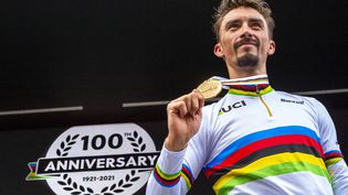Julian Alaphilippe est devenu dimanche 26 septembre le premier Français à conserver son titre de champion du monde de cyclisme. (MATTEO COGLIATI / HANS LUCAS)