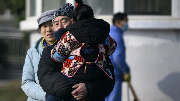 Un homme quitte le 12 janvier 2020 le centre médical de Wuhan, dans le centre de la Chine, où est morte la première victime du nouveau virus. (NOEL CELIS / AFP)