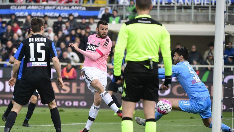 Le Turinois Andrea Barzagli trompe le portier de l'Atalanta (OLIVIER MORIN / AFP)