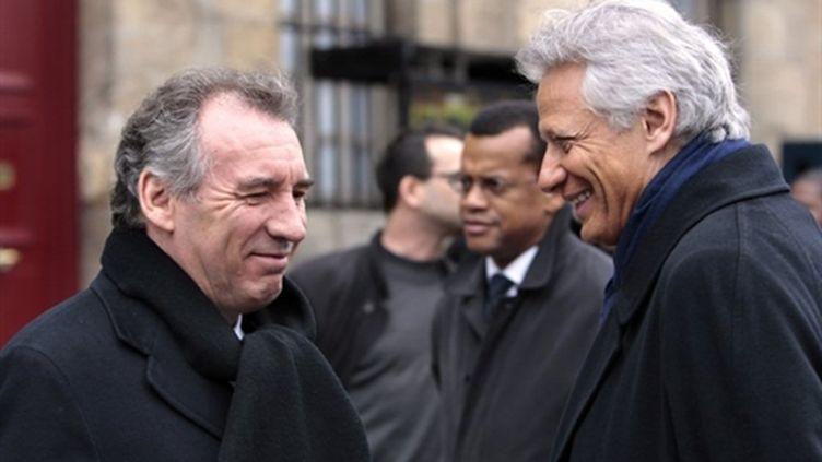 François Bayrou (G) discute avec Dominique de Villepin après l'hommage au poète Edouard Glissant, le 5/2/2011 à Paris. (AFP - Loic Venance)