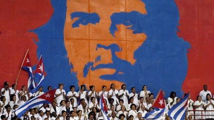 La Havane (Cuba), septembre 2005. Cérémonie de remise des diplômes de nouveaux médecins spécialisés dans les catastrophes et les épidémies. (AFP PHOTO / ANTONIO LEVI)