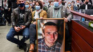 Quentin, Cécile et Didier Noyer (de gauche à droite), la famille d'Arthur Noyer, au premier jour du procès de Nordahl Lelandais, le 3 mai 2021, devant la cour d'assises de la Savoie, à Chambéry. (PHILIPPE DESMAZES / AFP)