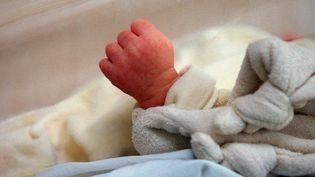La main d'un nourrisson dansson berceau durant son sommeil, le 5 juin 2001, àl'hôpital franco-britannique de Levallois-Perret (Hauts-de-Seine). (DIDIER PALLAGES / AFP)
