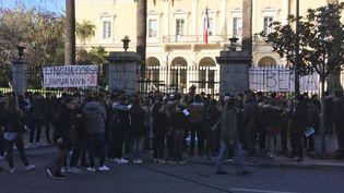 Les lycéens manifestent dans le calme devant la préfecture d'Ajaccio, en Corse-du-Sud, lundi 5 février 2018. (FARIDA NOUAR / RADIO FRANCE)