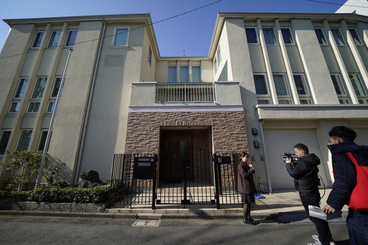Une équipe de télévision japonaise devant la maison de Carlos Ghosn à Tokyo (Japon) le 3 janvier 2020. (TORU HANAI / GETTY IMAGES ASIAPAC)