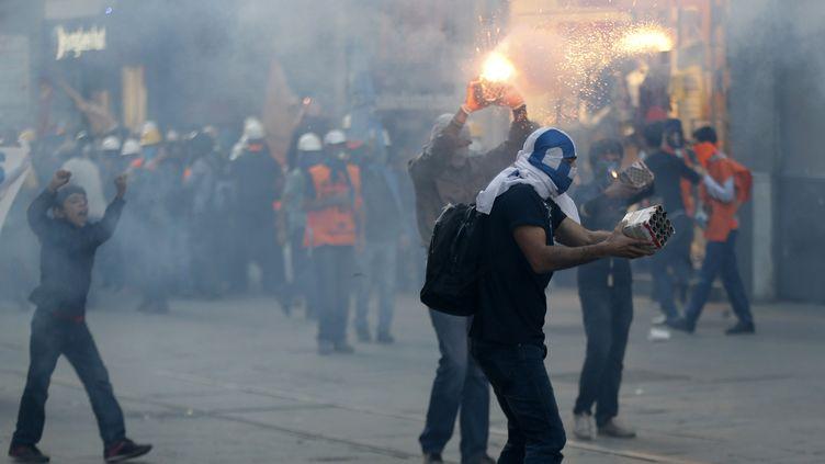 Affrontements entre des manifestants et les forces de l'ordre à Istanbul, en Turquie, le 10 septembre 2013, au lendemain de la mort d'un jeune homme de 22 ans. (MURAD SEZER / REUTERS)