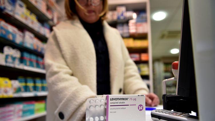 Une pharmacienne devant une boîte de Levothyrox à Saint-Gaudens (Haute-Garonne), le 4 décembre 2017. (AFP)