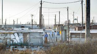 Une forêt de poteaux électriques dans le township de Khayelitsha au Cap. L'alimentation électrique du pays est la problématique majeure de l'Afrique du Sud. (SUZAN THIERRY / HEMIS.FR / HEMIS.FR)