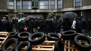 Mobilisation de gardiens de prison devant l'établissement pénitentiaire de Fleury-Mérogis (Essonne). (PHILIPPE LOPEZ / AFP)