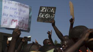 """""""Zida dégage !"""" exige une pancarte brandie par un manifestant, le 2 novembre 2014, à Ouagadougou (Burkina Faso). (JOE PENNEY / REUTERS)"""